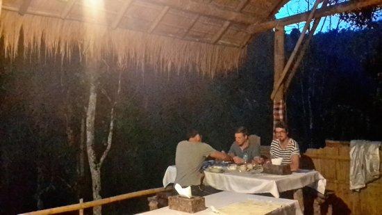 Munduk, Indonesien: Our Dutch guests having a wild dinner.....having dinner in the forest cafe....Dank U wel