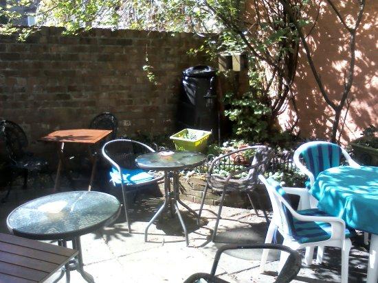 Helensburgh, UK: patio garden