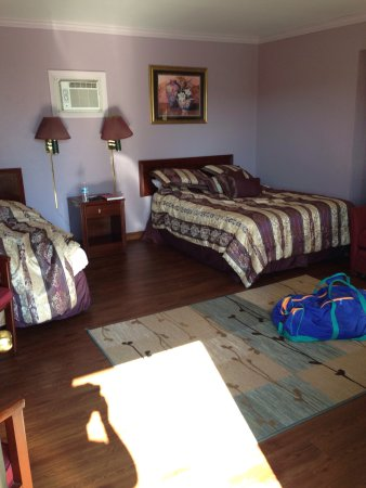 Ridgway, PA: The room was very large and clean. The bathroom was large with great water pressure!