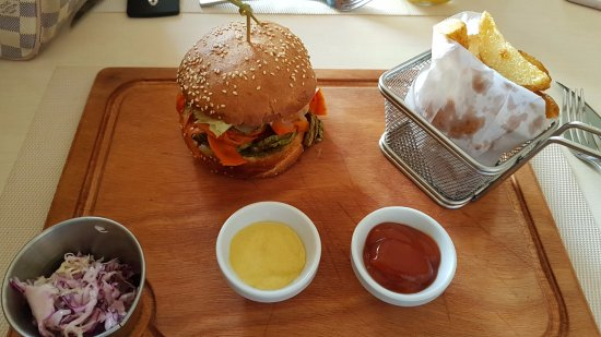 Rabat-Sale-Zemmour-Zaer Region, Maroko: veggie burger with potatoes