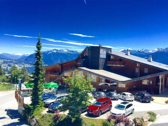 Anzère, Suiza: Entrée et parking extérieur de l'hôtel