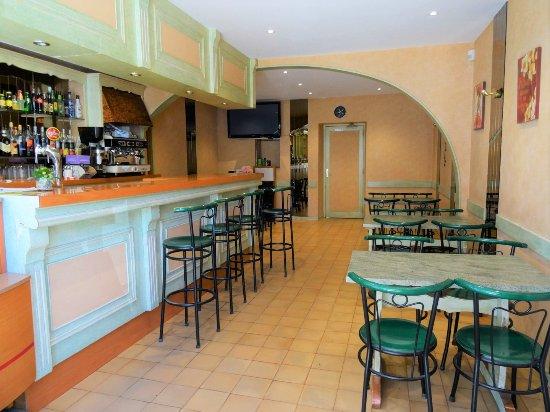 Riviere-sur-Tarn, Fransa: Coté bar tabac