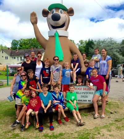 New Hampton, Нью-Гэмпшир: Group photo at Yogi Bear in Ashland, NH