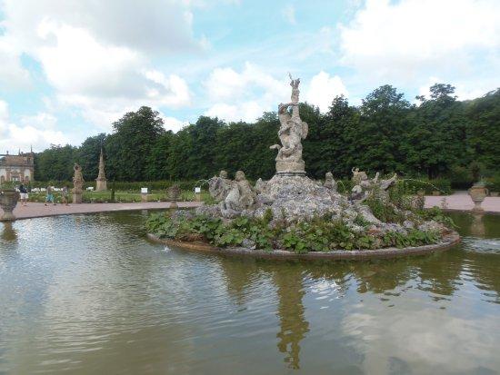 Weikersheim, Deutschland: Castelo de Weikershéim-Jardins com a fonte