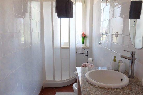 Stanza tressardi bagno con finestra in doccia foto di b b s 39 andriana santadi tripadvisor - Finestra nella doccia ...
