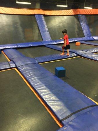 Sky Zone : Skyzone indoor trampoline park Mississauga