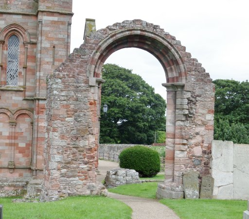 Coldingham, UK: The arch at the entrance to the old nave