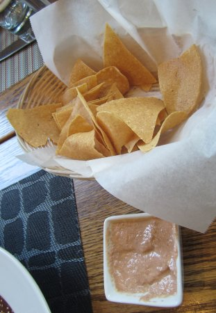 South Pasadena, Califórnia: warm chips made fresh daily, unusual dipping sauce