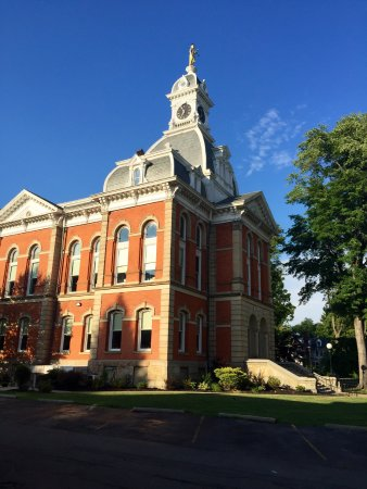 The Warren County courthouse in lovely downtown Warren.