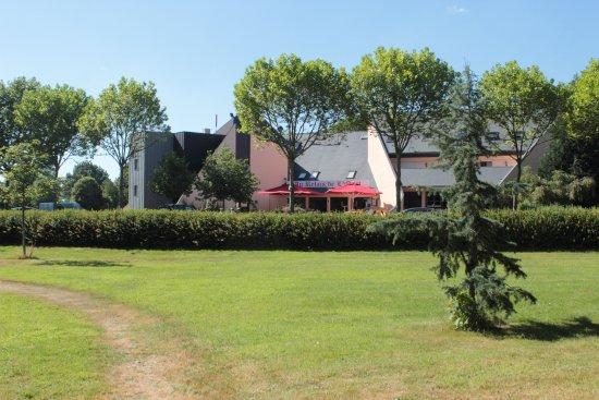 Au Relais de l'Oust : Part of the lawn, with the hotel building behind