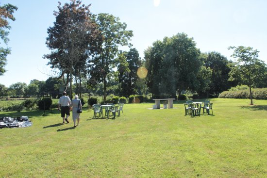 Au Relais de l'Oust : Wonderful outdoor seating, picnic area, if not too much of a scorching day