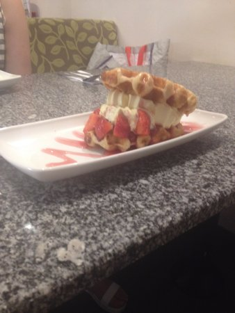 West Bromwich, UK: Waffle with ice cream