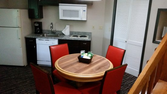 Fairfield Bay, AR: The kitchenette on the B-side of the lock-off unit. Great for couples.