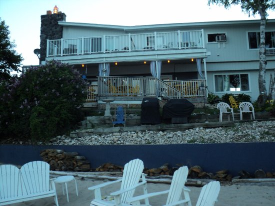 Baileys Harbor, Ουισκόνσιν: Beachfront Inn from the lake side