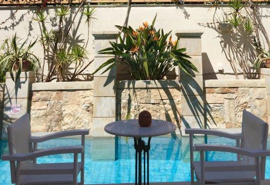 Mythos Suites Hotel : Am Pool