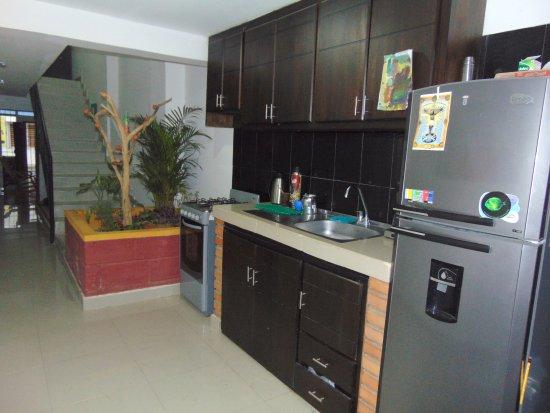 Santa Marta District, Colômbia: Cocina con todos utensilios, para uso del hostal.
