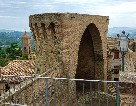 porta ogivale lungo la cinta di mura della Rocca di Offagna