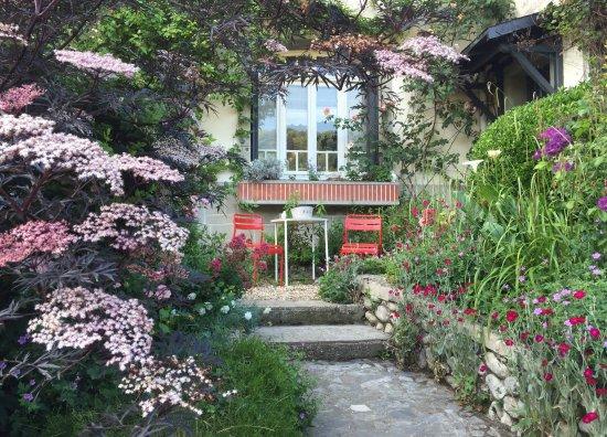 La Maison d'Albatre : De weelderige tuin.