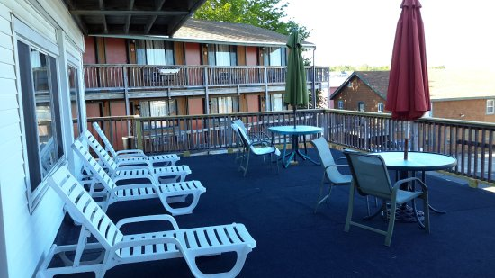 Cap'n Fish's Waterfront Inn: Balcony adjacent to the 3 efficiency units