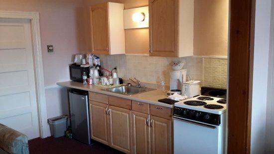 Cap'n Fish's Waterfront Inn: Nice kitchenette in efficiency #53