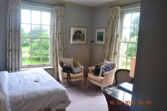 Baslow, UK: Dual aspect room 18 - Nancy.