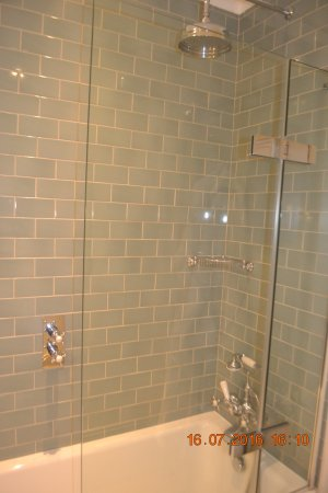 Baslow, UK: Lovely bathroom and tiling