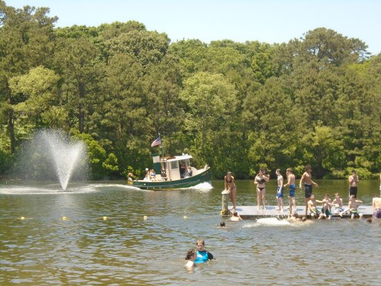 Beachcomber Camping Resort : Guests enjoying a beautiful day at the lake and a refreshing ride in our tugboat