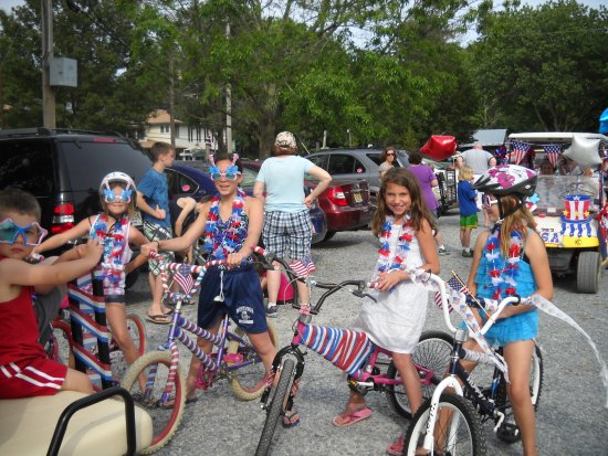 Beachcomber Camping Resort : Celebrating America in style at our 4th of July golf cart parade!