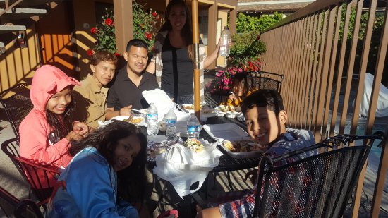 Watsonville, Californie : Eating in one of the outdoor tables