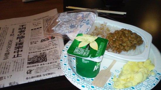 Dublin, OH: スタッフが進めてくれた納豆、それに日本語の新聞