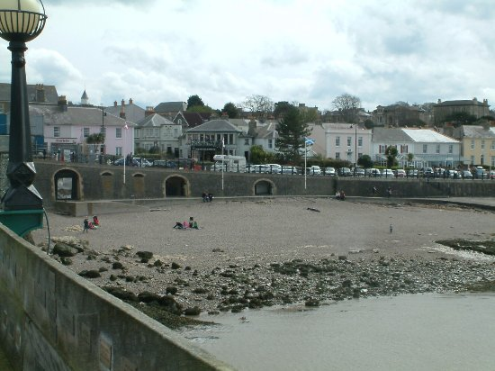 Clevedon, UK: Enjoying a walk around the beach and some ice cream.