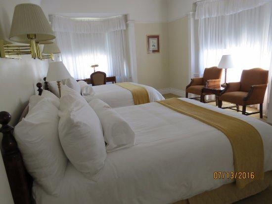 Beresford Arms: Jr. Suite 607 Sleeping area