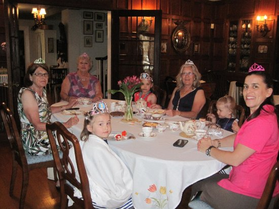 Montrose Inn & Tea Room: Tea with the young ladies