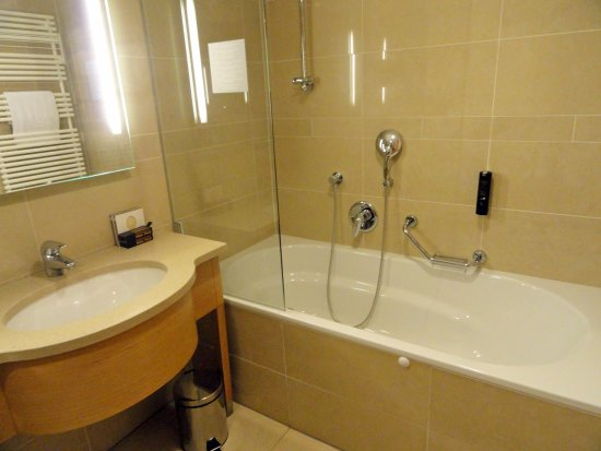 Hotel Am Stephansplatz: VERY CLEAN BATHROOM WITH BOTH TUB AND SHOWER AND  SEPARATE WATER CLOSET