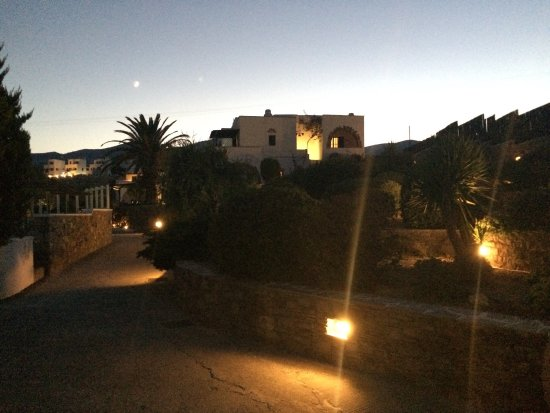 Ostria Inn: Calme et en bord d'une petite plage
