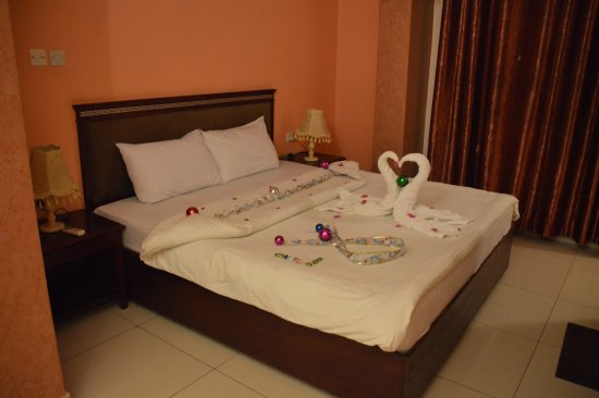 Al Qidra Hotel : Bed decorated in honour of our honeymoon
