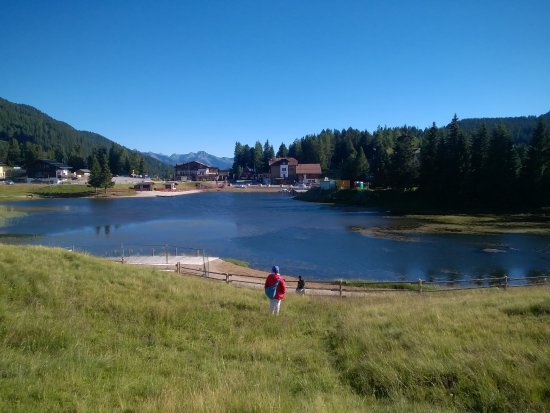 Lagheto del Passo Lavazè, sullo sfondo l'albergo Dolomiti