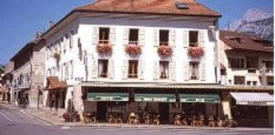 Sallanches, France : Le bar... La terrasse est en face, sous les marronniers