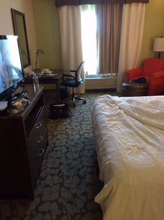 Phoenixville, Pensilvanya: Very spacious rooms, frig, TV, work station, WiFi, extra large bed and comfortable.