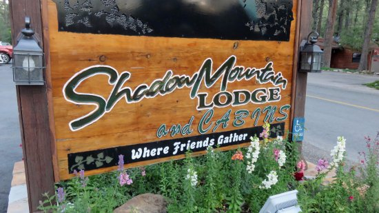 Shadow Mountain Lodge and Cabins: Welcome sign