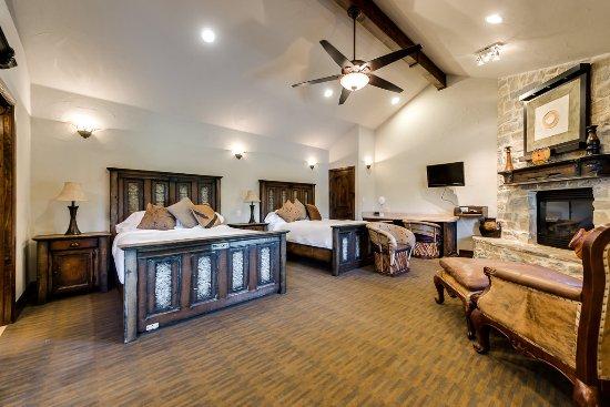 Burleson, Техас: Premium 2 Queen Cottage