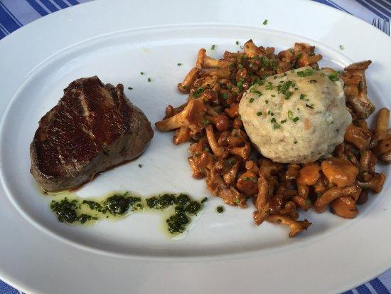 Randersacker, Tyskland: Rinderfilet, Pfifferlinge und Semmelknödel