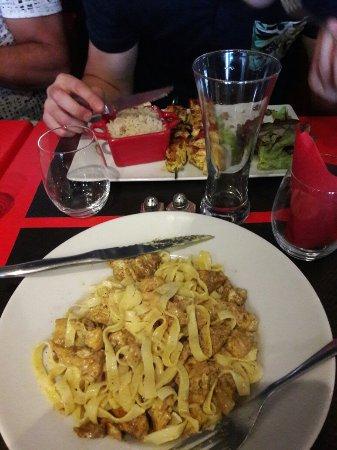 Romilly-sur-Seine, Francia: Tagliatelles de poulet au curry, simple mais parfait. 👌 Puis brochettes de poulet marinées acco