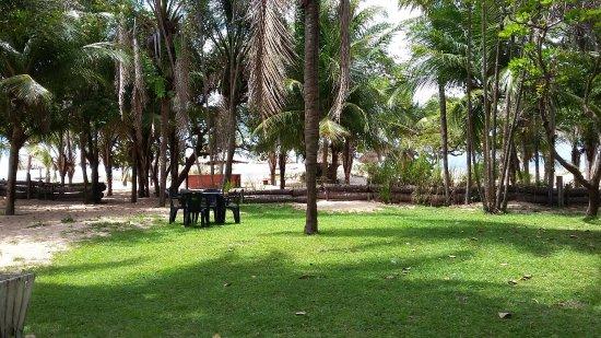 Salvaterra: Panorâmica da área externa com a praia ao fundo