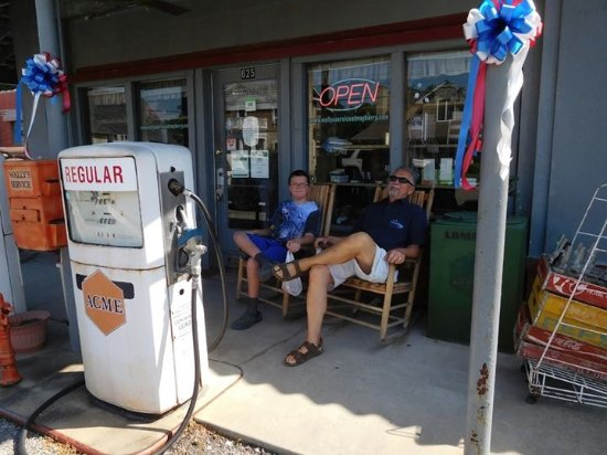 Mount Airy, Carolina del Norte: Relaxing at Wally's