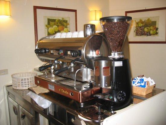 Hotel Fontanella Borghese: cappuccino machine