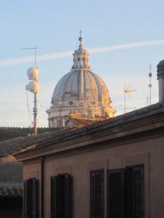 Hotel Fontanella Borghese: Dome of Carlo al Corso church from room in Hotel Fontalella Borghese