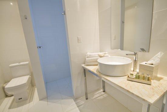 Puerto Baquerizo Moreno, Ecuador: Deluxe water front view bathroom
