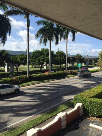 Gables Inn: Vista de la avenida. El ruido es constante pero no tan molesto.
