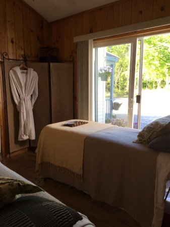 Bridgton, ME: A couples massage in a cozy room side by side.